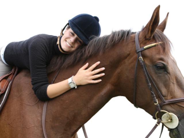 Niño abrazando un caballo
