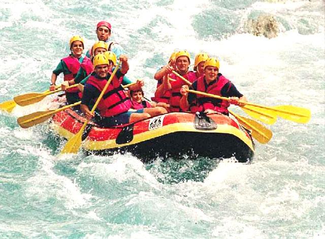 Un grupo de jóvenes haciendo rafting