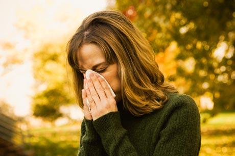 Mujer con alergia en otoño