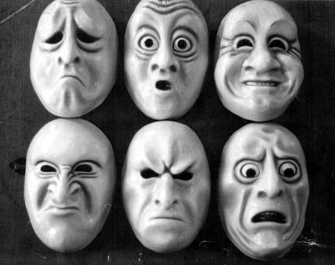 Diferentes emociones en máscaras