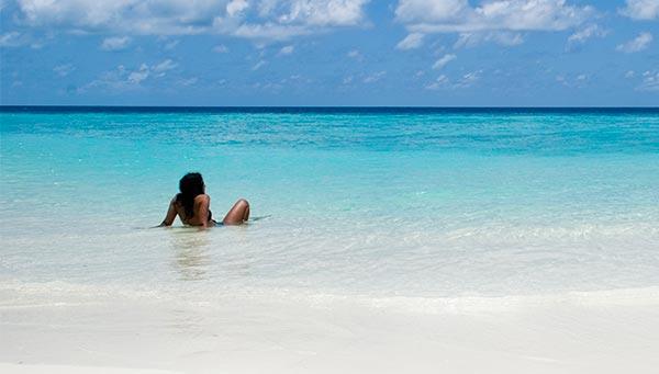 Mujer tomando sol en la playa