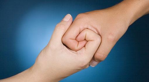 Dos manos agarradas en empatía