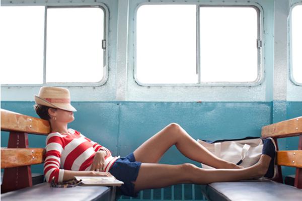 Mujer descansando en un tren