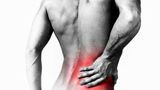 Hombre tomándose la espalda por dolor de hernia de disco