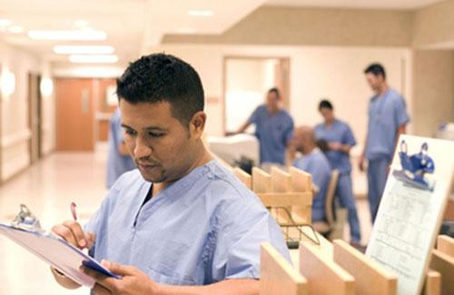 Enfermeros revisando planillas en un hospital