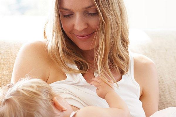 Madre con hijo en brazos a punto de amamantar