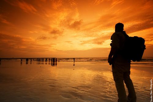 Hombre viajero reflexionando mirando al mar