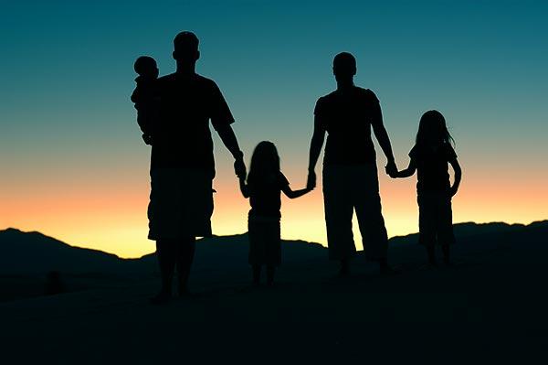 Familia en entorno positivo con atardecer