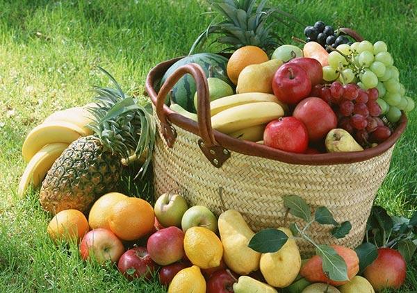 Canasta de frutas saludables en un parque verde