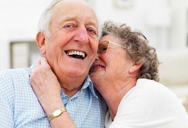 Dos ancianos felices difrutando de su vida